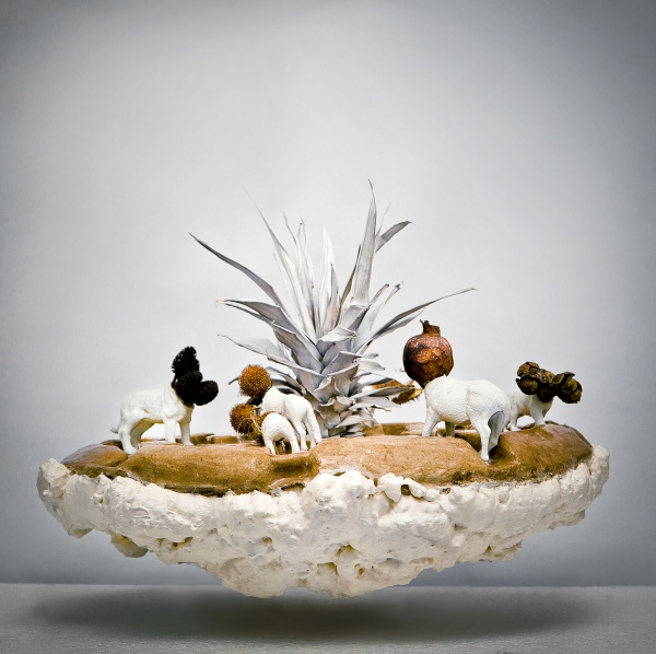 heykel-34x46x45 cm (poliüretan köpük,silikon boya,kağıt,silikon,sprey boya,plastik hazır malzeme,bitki parçaları)2014